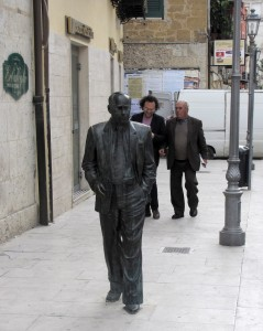Sciascia in bronze on the street in Racalmuto