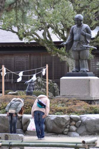 Worshipers at Izumo Taisha statue.