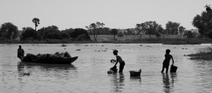Niger-getting water from the river