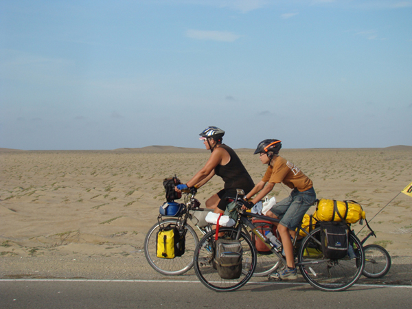 Family bike trip in Peruvian desert